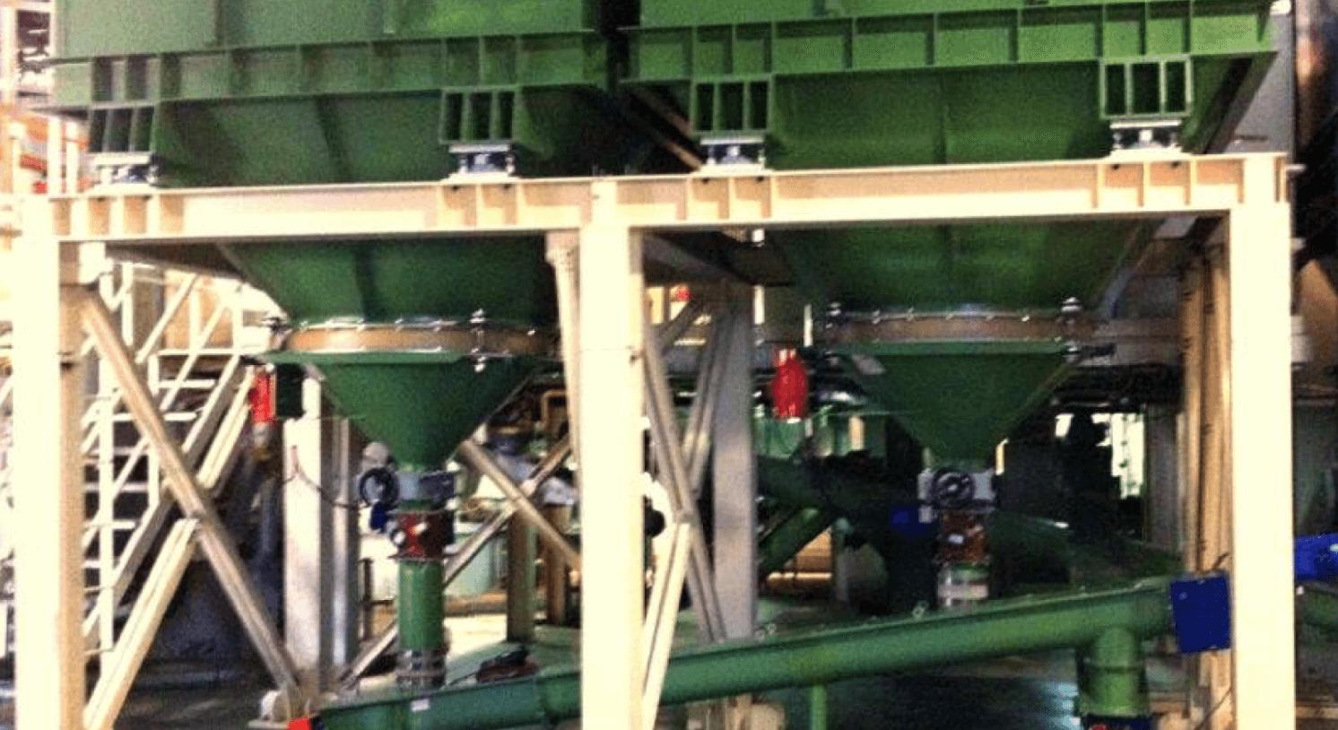 Silo sección rectangular con células de carga y extractor vibrante.